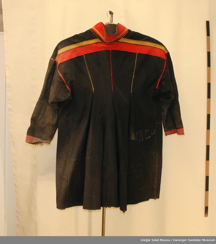 Herrekofte sydd av sort vadmel, med gule og røde detaljer.  Den er fra Polmak/Karasjok eller Utsjok.