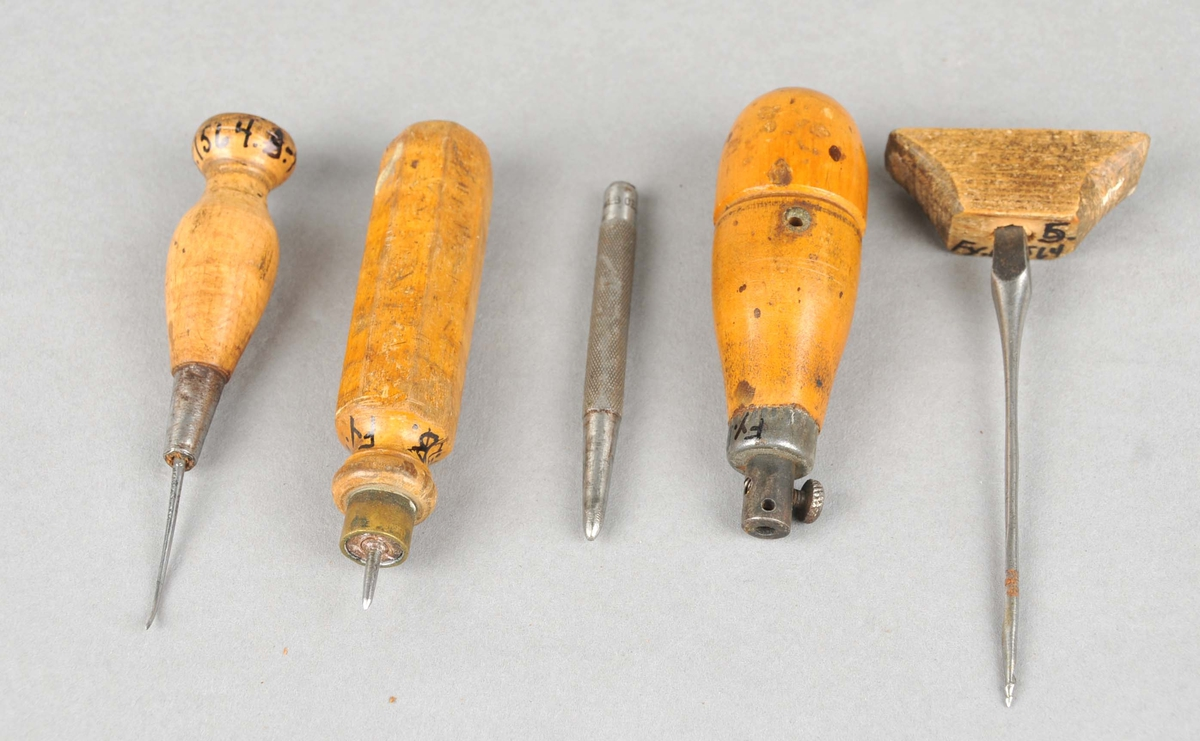 Fem småverktøy. Kroksyl, rettsyl, dor, sylskaft, navar (spikerbor)
