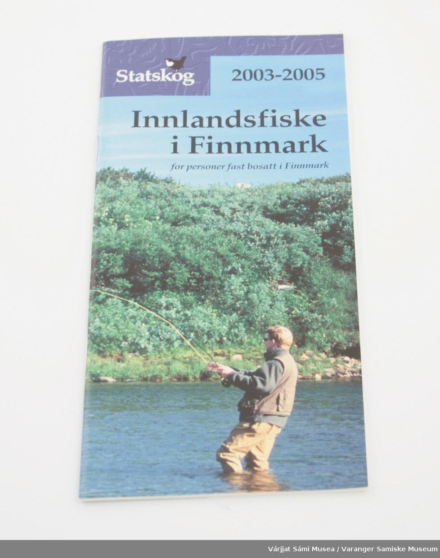 """Syv ulike brosjyrer i A5 størrelse, infomateriell utgitt av Statskog:  824-1: """"Innlandsfiske i Finnmark 2003-2005/ for personer fast bosatt i Finnmark""""  824-2: """"Fiske i Finnmark, for bosatte utenfor Finnmark 2004-2005"""" Denne har også finsk og engelsk tekst.  824-3: """"Smávvafuođđobivdu Finnmaárkkus 2003-2004 / Bivdogoarta ja diehtu""""  824-4: """"Laksefiske i Finnmark 2003-05 / Sportsfiske etter laks, sjøørret og sjørøye""""  824-5: """"Småviltjakt i Finnmark 2003-2004 / Jaktkort og informasjon""""  824-6: """"Vedhogst i Finnmark""""  824-7: """"Regelsamling for Jordsalgsmyndighetene -2004               - Lov om statens umatrikulerte grunn i Finnmark fylke (Jordsalgsloven) med forskrifter              - Forskrift om fiskeriforvaltning              - Forskrift om viltforvaltning på statsgrunn              - Retningslinjer for utlendingers adgang til småviltjakt i Finnmark"""""""