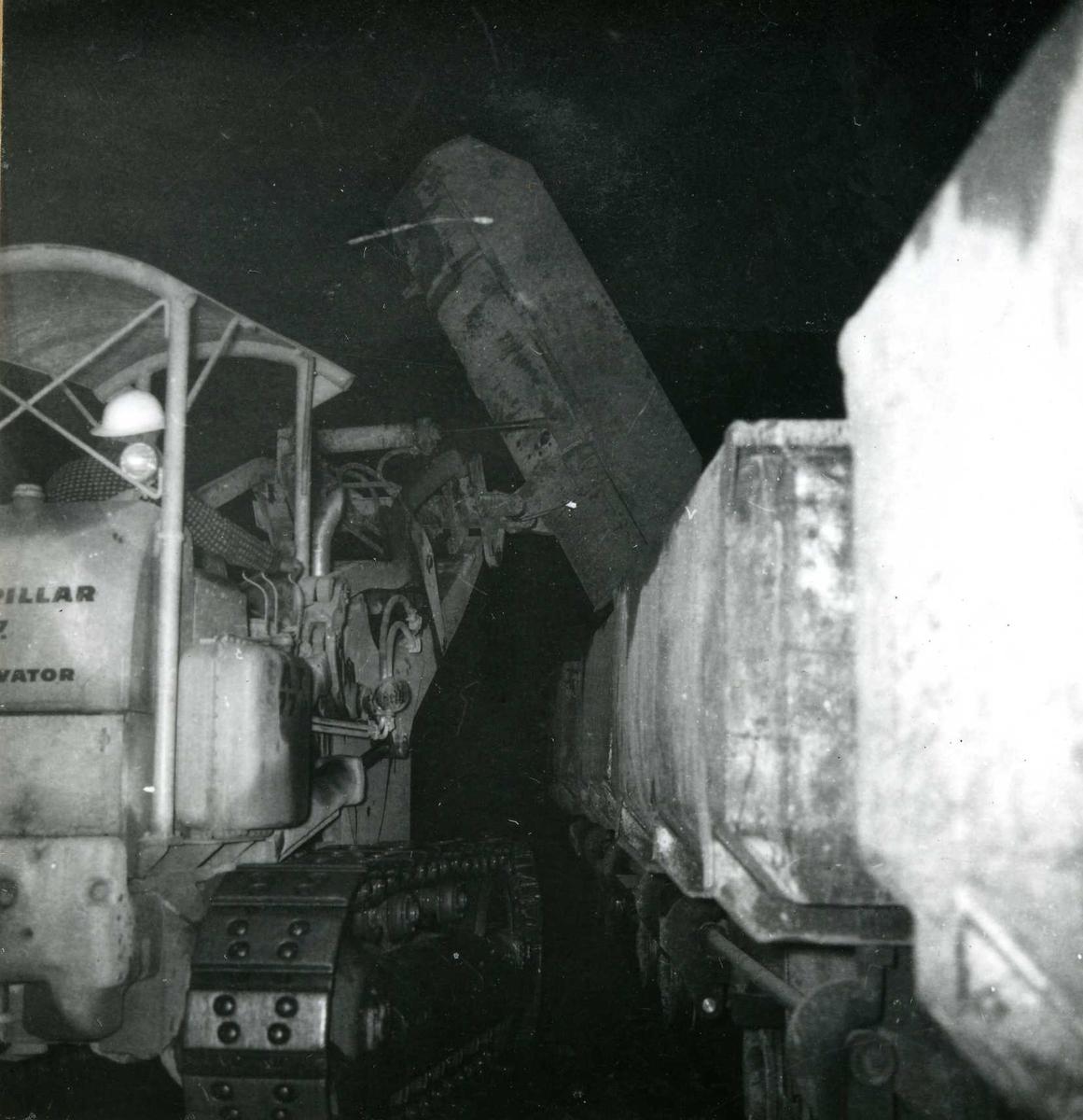 Tilløpstunnel frå Vesås. Anleggsmaskinar i tunnel.