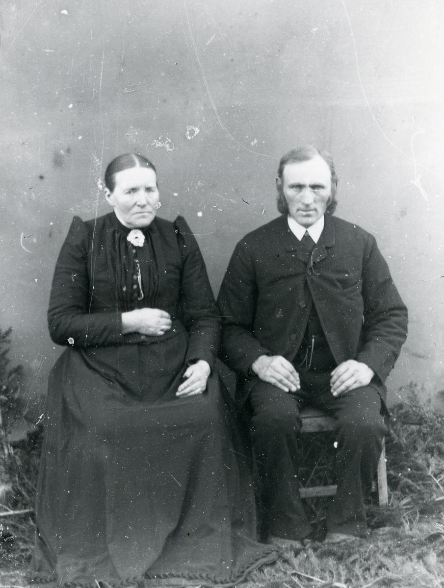 Eldre kvinne og mann, sittende foran lerret