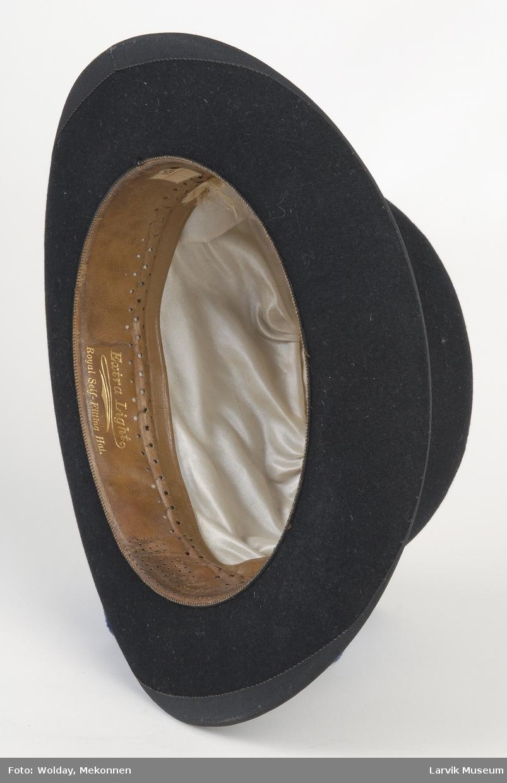 Form: Rund pull som er stivet, liten brem som er bøyd opp på sidene.