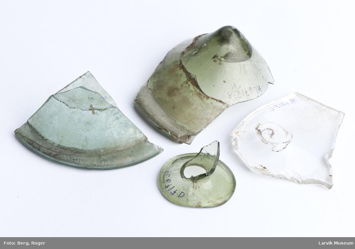 "4 stk. glassfragmenter, 3 grønne, 1 ""glassklar"""