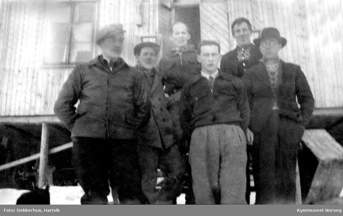 Eilif Åkvik, Finnvald Ofstad, Odin Moe, Arne Bjørgan, Hartvik Dekkerhus og Harald Tjærnvik på brakkesnekring i Hammerfest