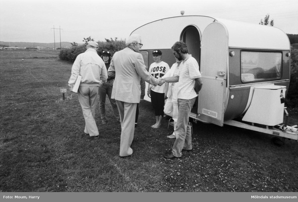 Åby camping i Mölndal tar emot sina första campare, år 1984.  För mer information om bilden se under tilläggsinformation.