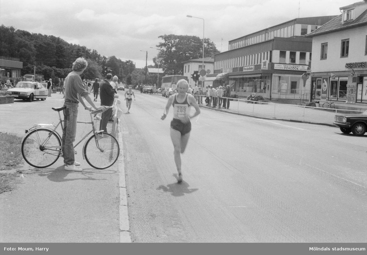 Deltagare i Kungsbackaloppet, år 1984. Vy från Kållereds centrum.  För mer information om bilden se under tilläggsinformation.
