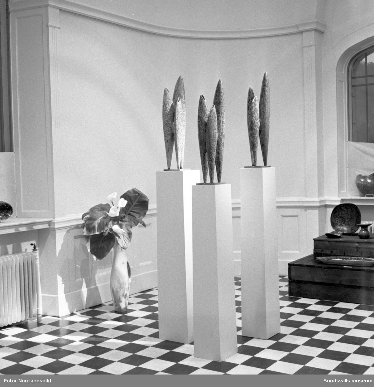 """Utställningen """"Glas, Vas och Blomma"""" på Sundsvalls museum. 20 bilder med komplett lista över utställare."""