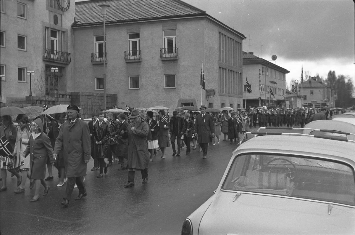 17. mai. Elverum.  1965.  Folketog, Storgata.