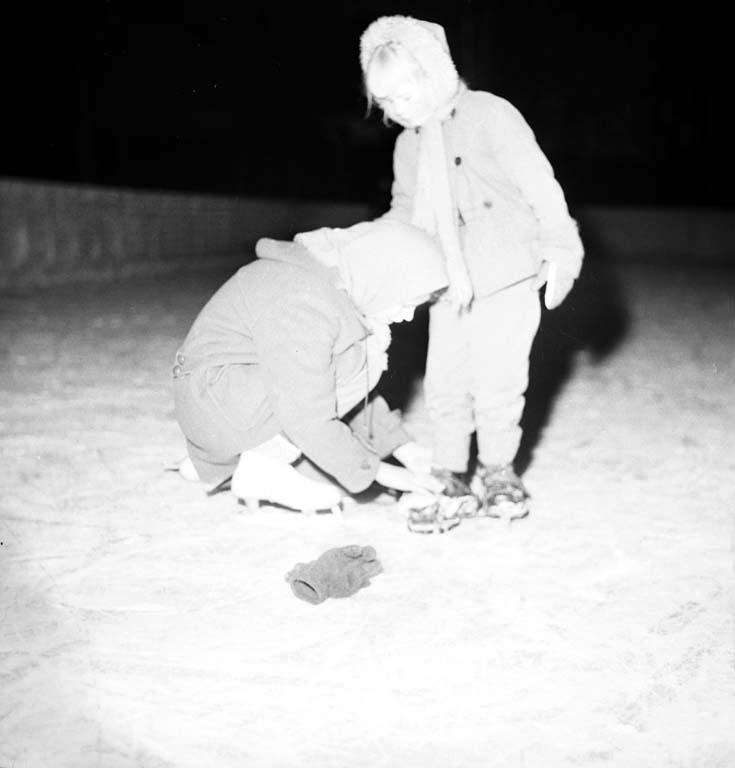 """Enligt notering: """"Likt och olikt till Gregors text. """"Två flickor på isen"""" 16/1 1961""""."""