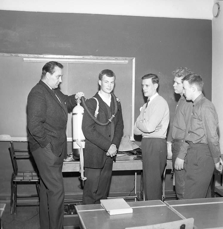 """Enligt notering: """"Dykarekurs med Åke Hägg. /Yrkesskolan. 28/2 1961""""."""