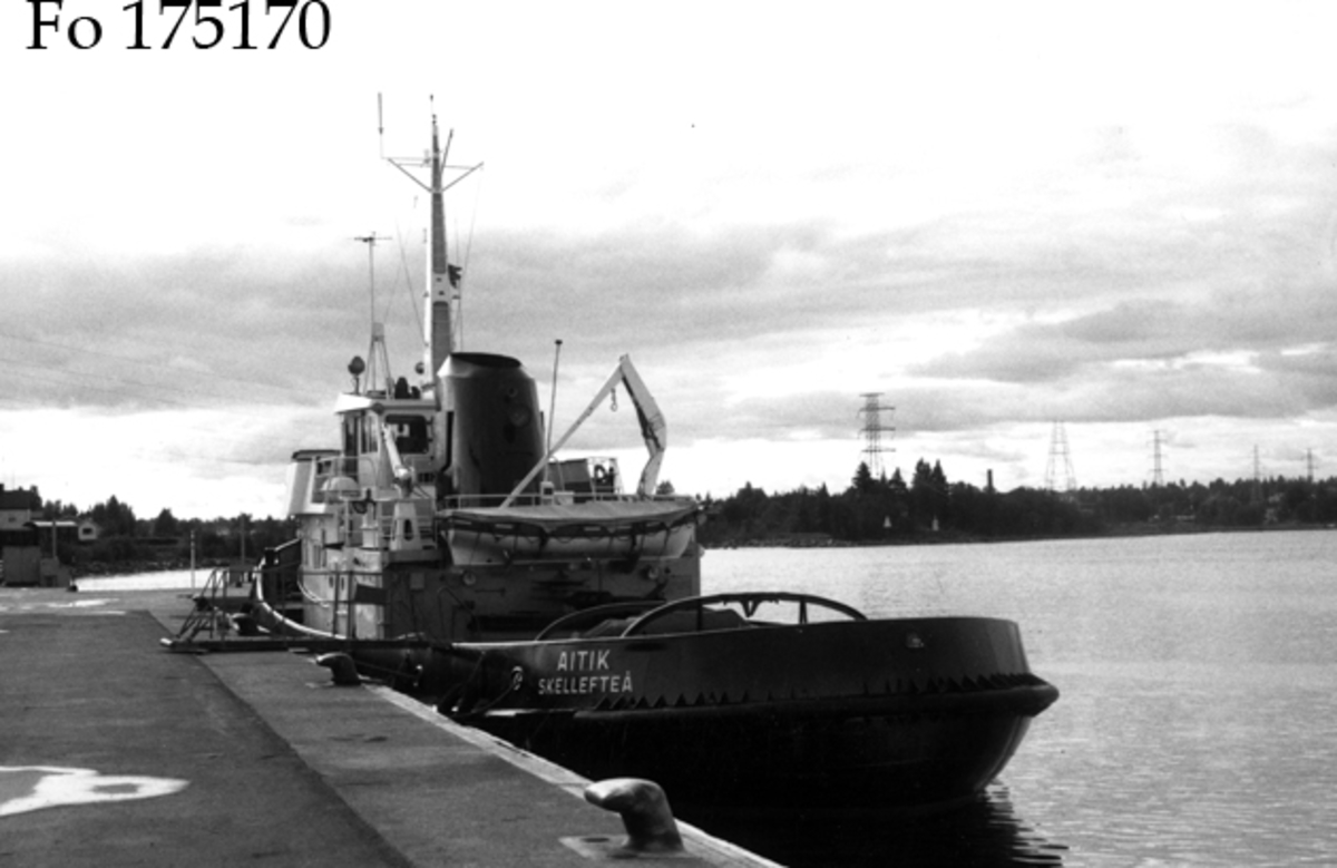Fartyg: AITIK                         Bredd över allt 9,02 meterLängd över allt 29,18 meterReg. Nr.: 11068Rederi: Skellefteå stadByggår: 1969Varv: ÅsiverkenÖvrigt: Fototillfälle 25/6 1974