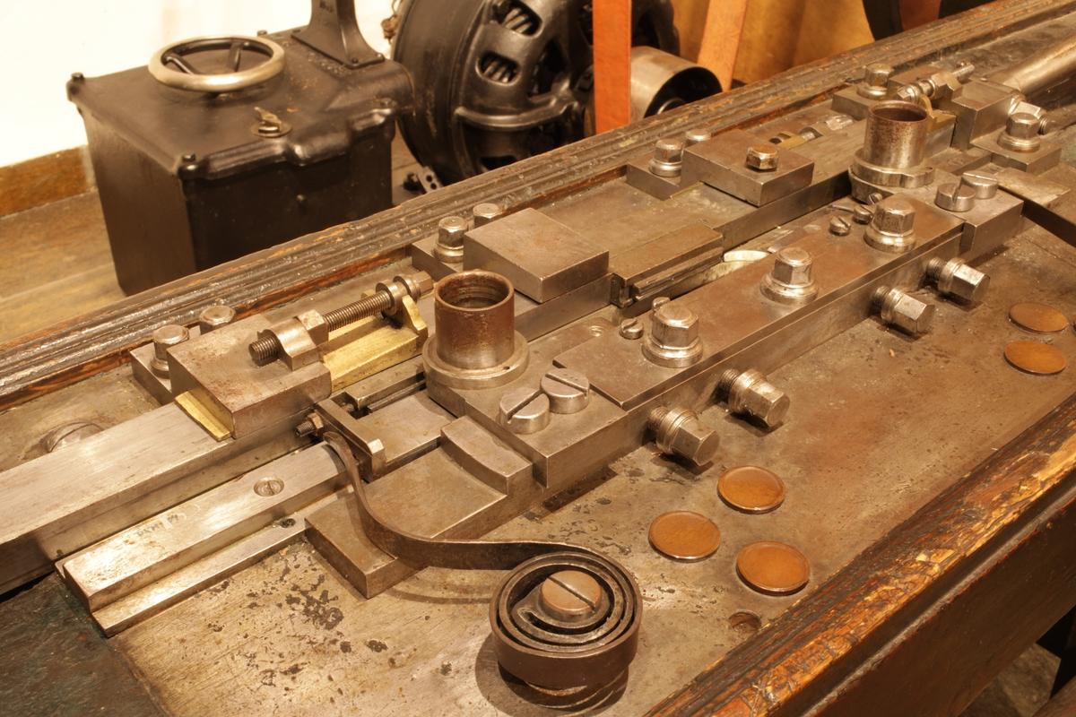 Randverket likner en arbeidsbenk med seks bein. Ytterst på den ene siden er det festet ett hjul.