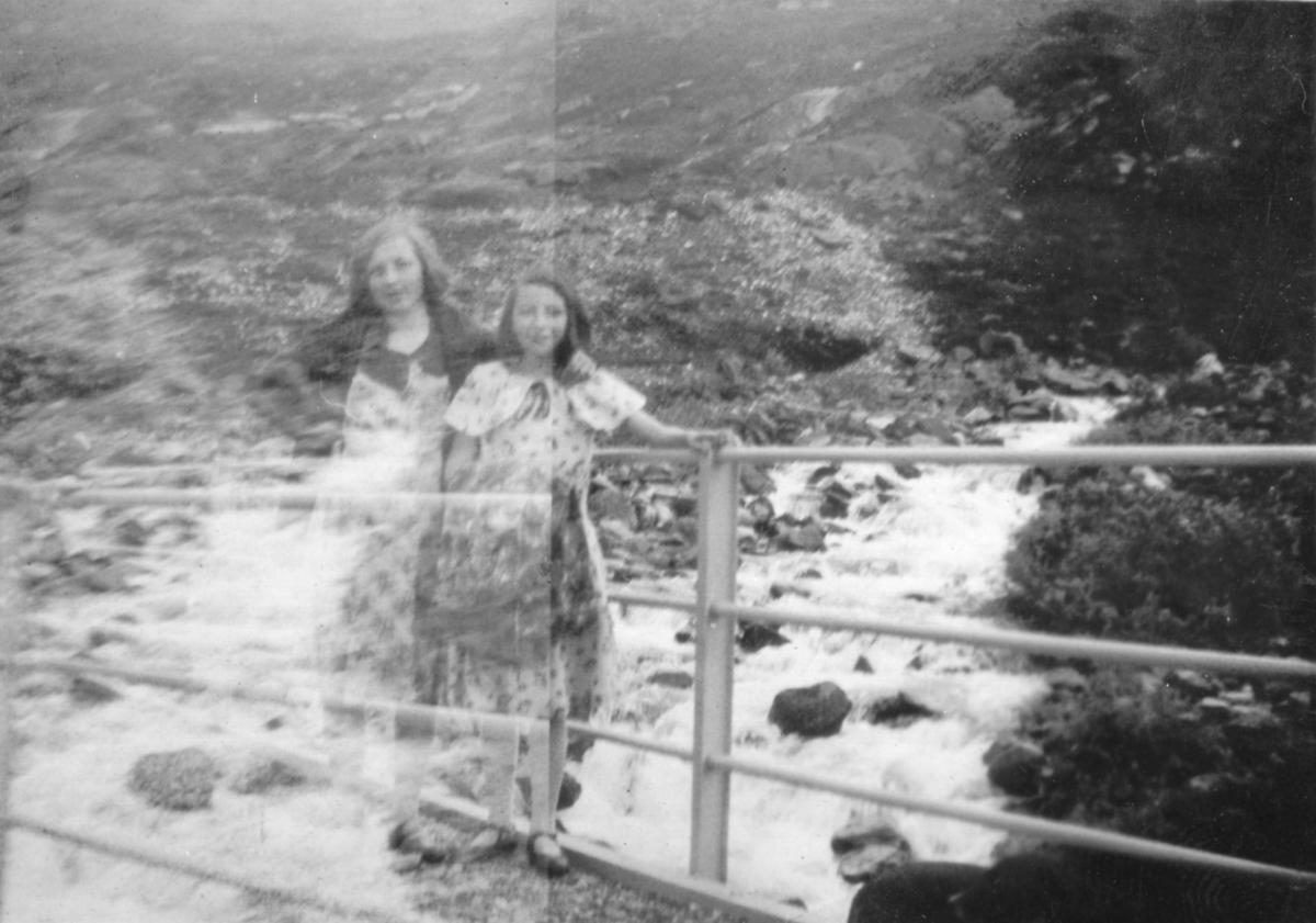 To ukjente jenter fotografert på en liten bro. Stedet er ogå ukjent.