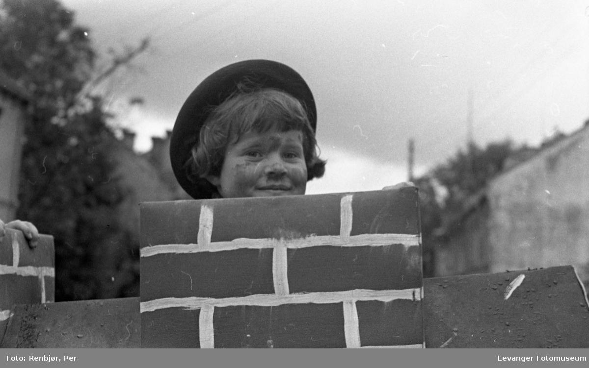 Barnas dag, Levanger, gutt utkledd som feier.