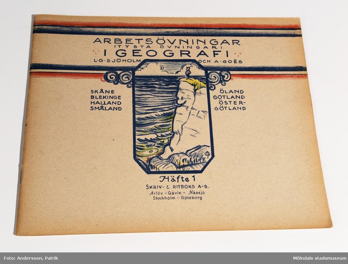 """""""Arbetsövningar i geografi"""". Häfte 1. Av L.G. Sjöholm och A. GoÃ«s. (Bokbinderi och tryckeri i Arlöv, Gävle och Nässjö).(Som MM21664)."""