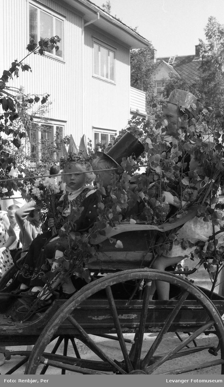 Barnas dag, Levanger, barn utkledd som brudepar.