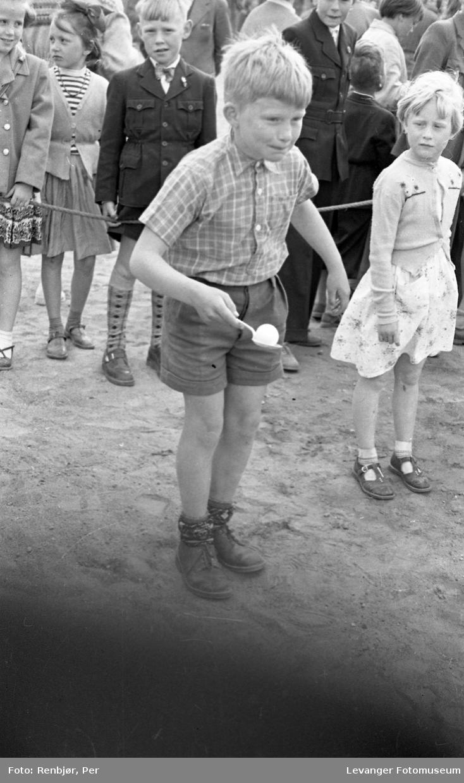 Barnas dag, Levanger, gutt  deltar i eggeløp.