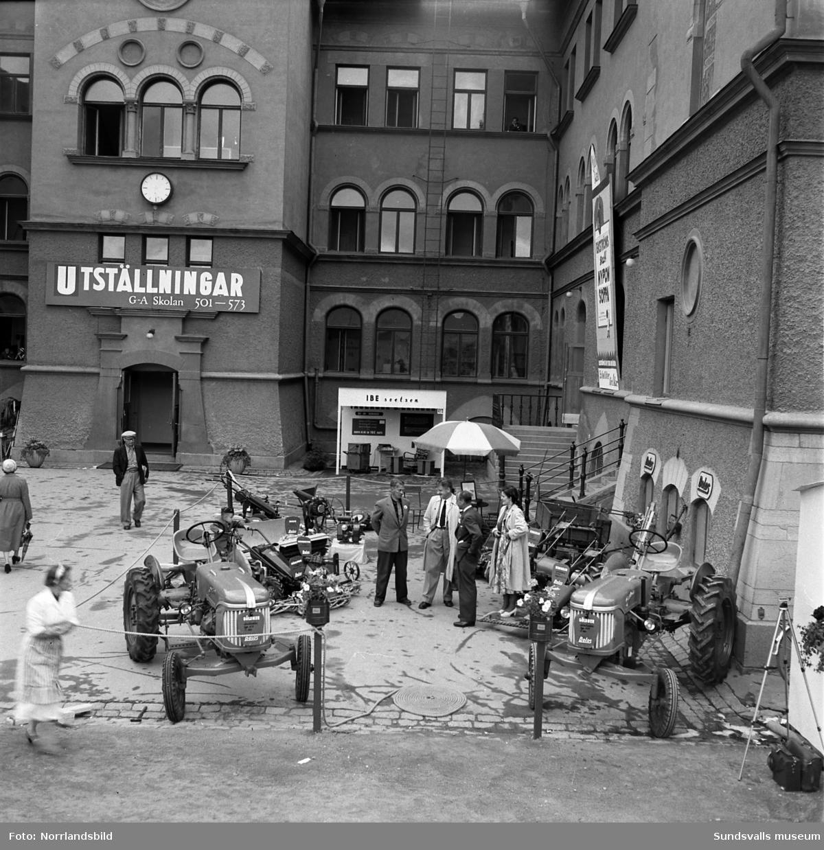 Olika Belos olika jordbruksmaskiner och arbetsredskap visas vid GA-skolan under Sundsvallsmässan 1954.