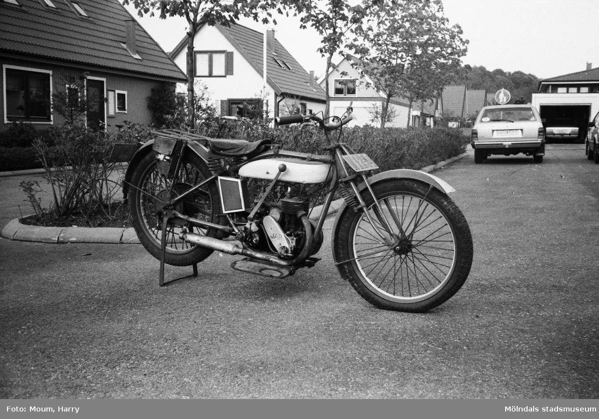 """En av Leif Alenäs rariteter. """"Här en Husqvarna från 1927 med Jap-motor."""" Kållered, år 1983.  För mer information om bilden se under tilläggsinformation."""