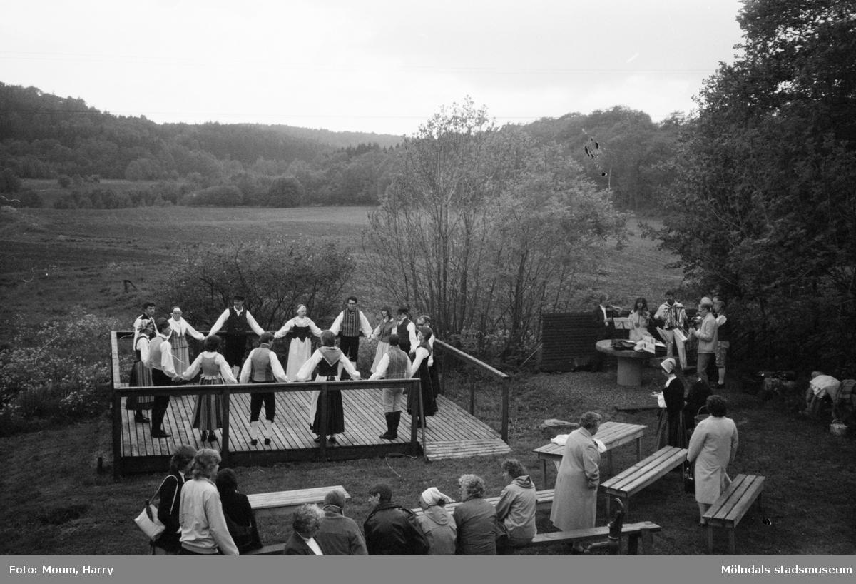 Gammeldans i Långåker, Kållered, år 1983. Kvarnbyns folkdanslag dansar till musik framförd av Kållereds spelmanslag.  För mer information om bilden se under tilläggsinformation.