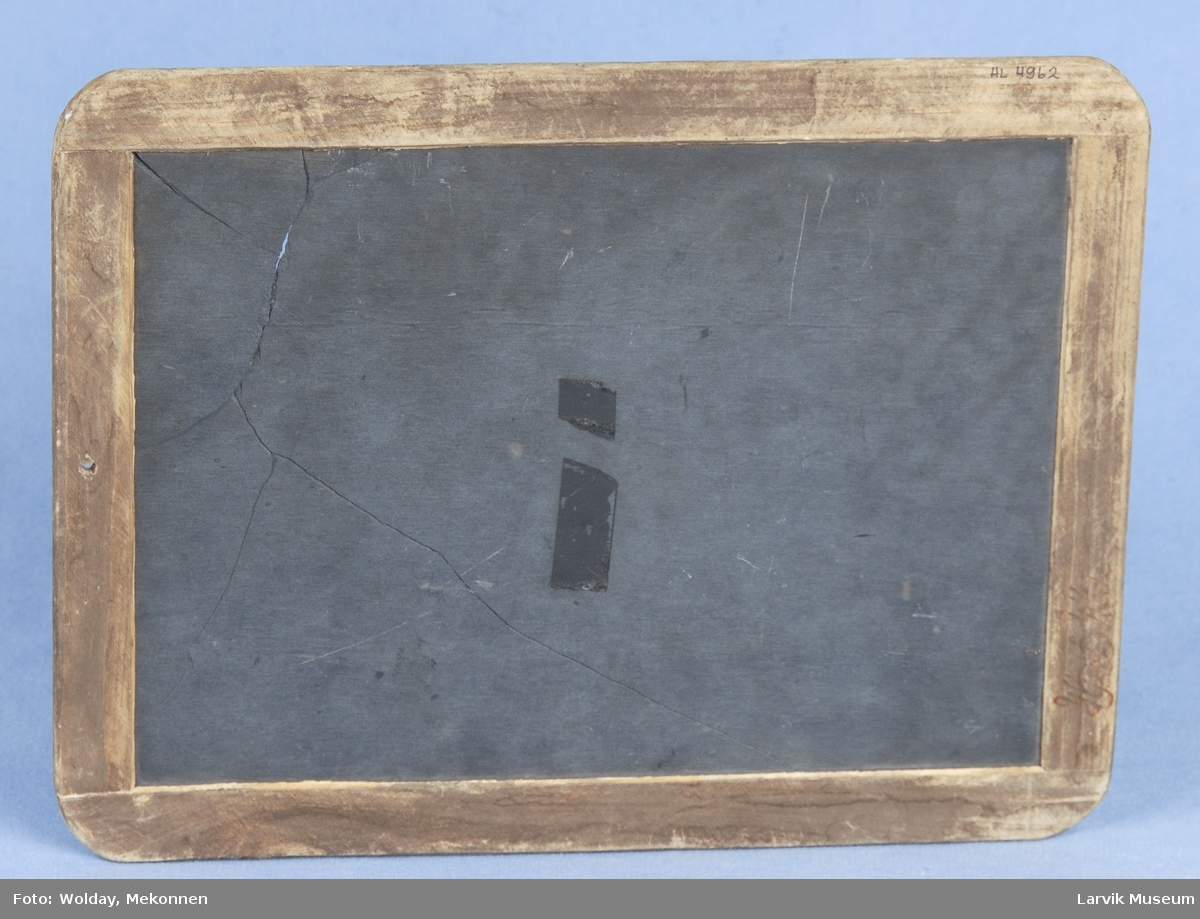 Form: Rektangulær, treramme rundt, skifer plate i midten.