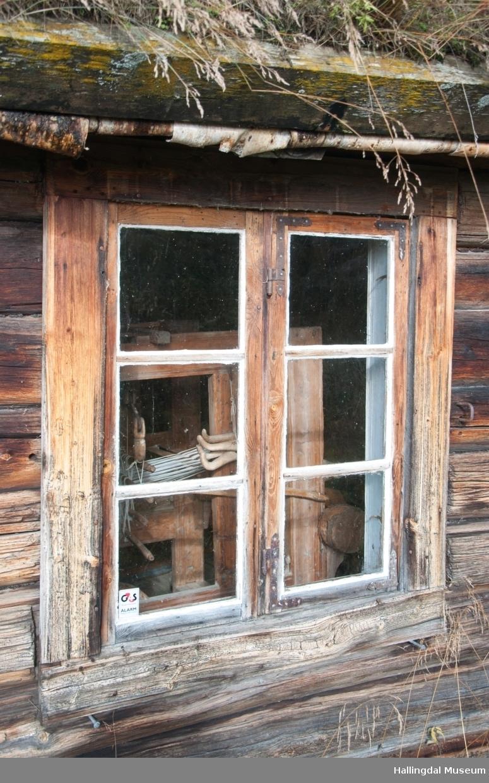 Stugu er liten og værbitt.  Her levde jevnt over tre generasjoner.  Det er en vanlig 3-roms stue.  Rommene blir kalt stugu, kammers og kleve.  Inngangen er derimot noe uvanlig fordi det er bygd inntil ei matbu med en åpen gang mellom denne og stugu.  Det er to inngangsdører, ei til stugu og ei til kleven.  Kårfolka bodde i kleven.