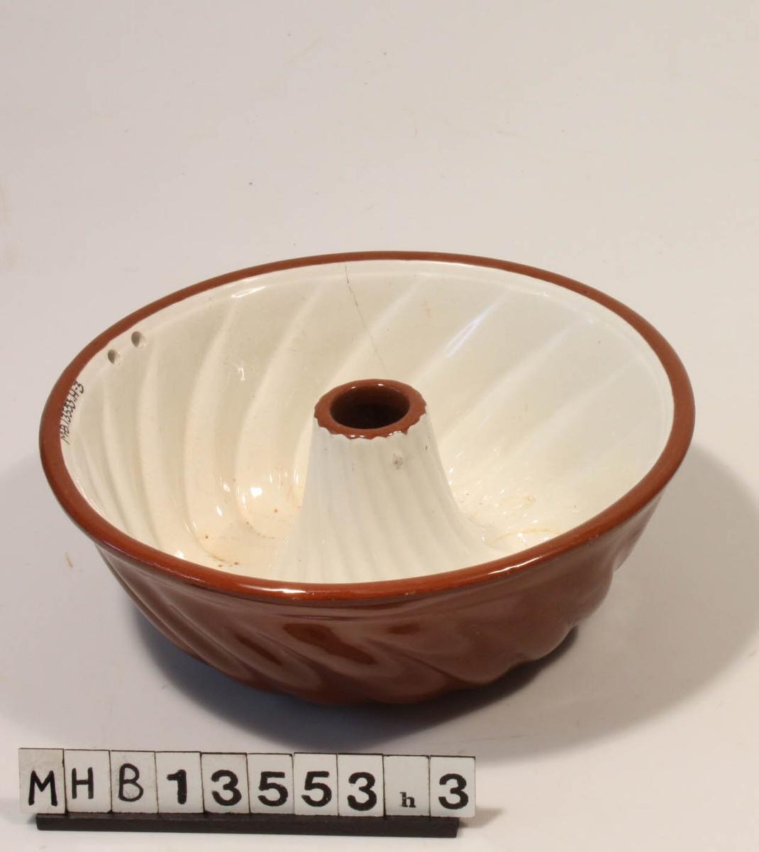 Rund puddingform med  bølgemønster.