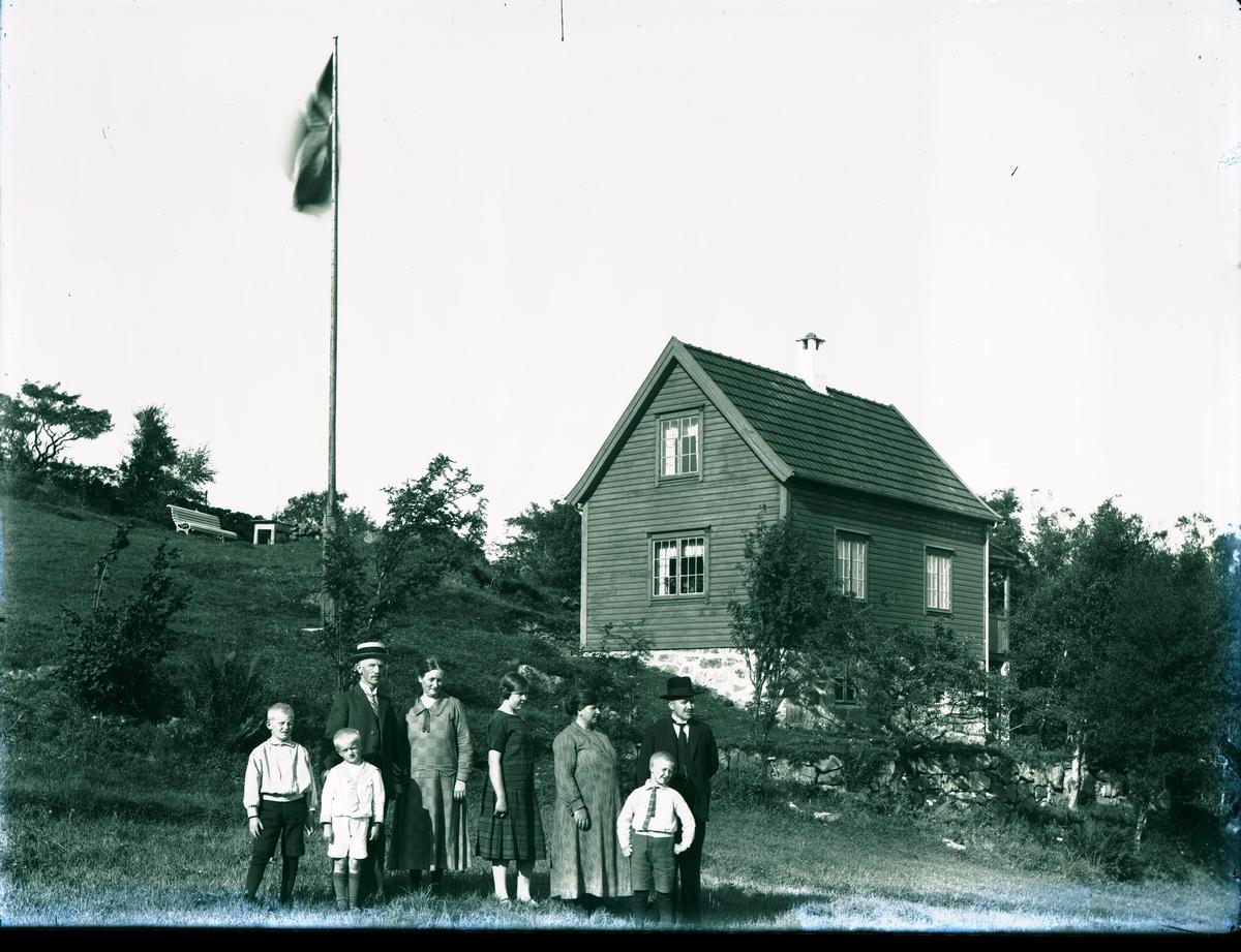 Bygmester Johs. Brynjulfsen m/familie på landstedet på Aksnes.