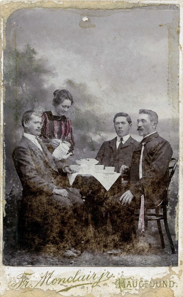 Portrett - Tre herrer og en dame - Draktskikk.