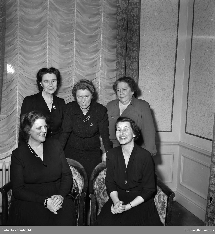 Biskopinnan Anna Bohlin och fyra andra kvinnor. (Biskop Torsten Bohlin 1935-1950, Härnösand.)