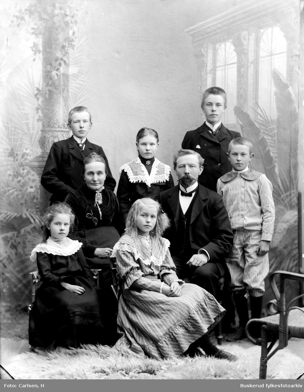 Kirkesanger Arnt  Krogsrud  med sin famile hustru og seks barn