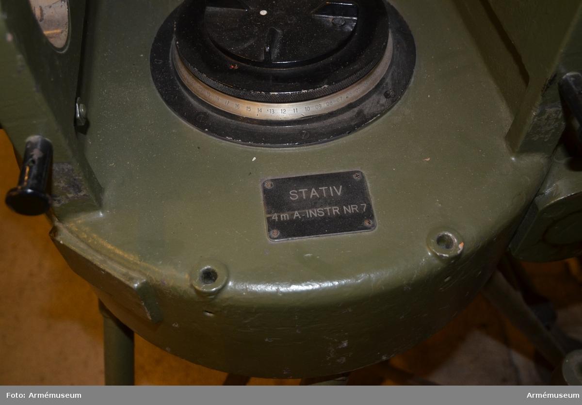 Stativ till avståndsinstrument m/1939, 4-meters. System Carl Zeiss. Tillverkningsnr 92530, stativnr 7.   Märkt Nedinsco Venlo system Carl zeiss Jena nr 92530.  Består av 1 st stativ, 1 st stativlåda, vikt 160 kg; 1 st  ackumulator. Stativlådans vikt, packad ca 200 kg.