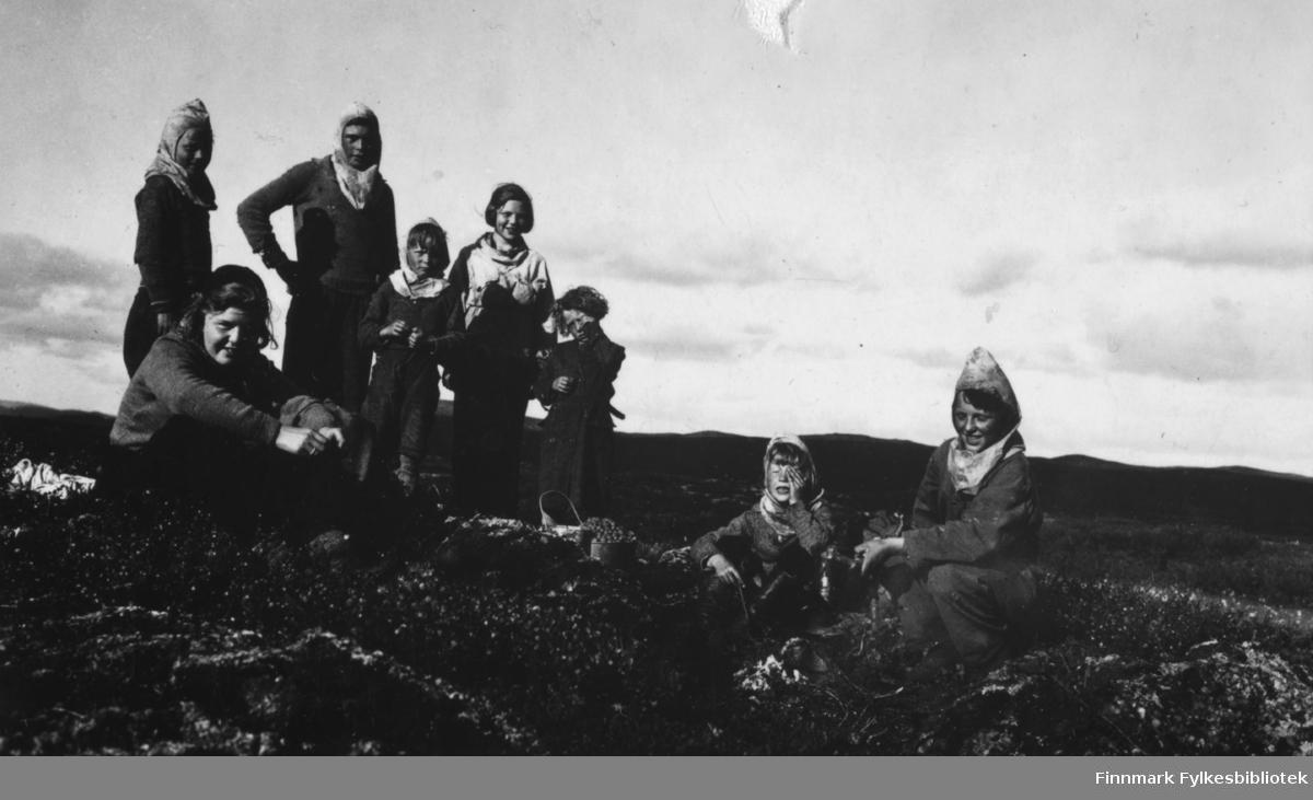 Multebærtur på Færdesmyra i 1938. Legg merke til hettene flere av barna har til beskyttelse mot myggen