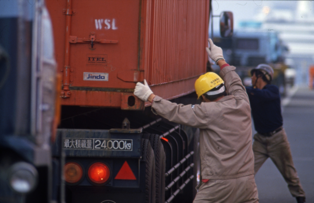 Havnearbeidere laster container i Tokyo.