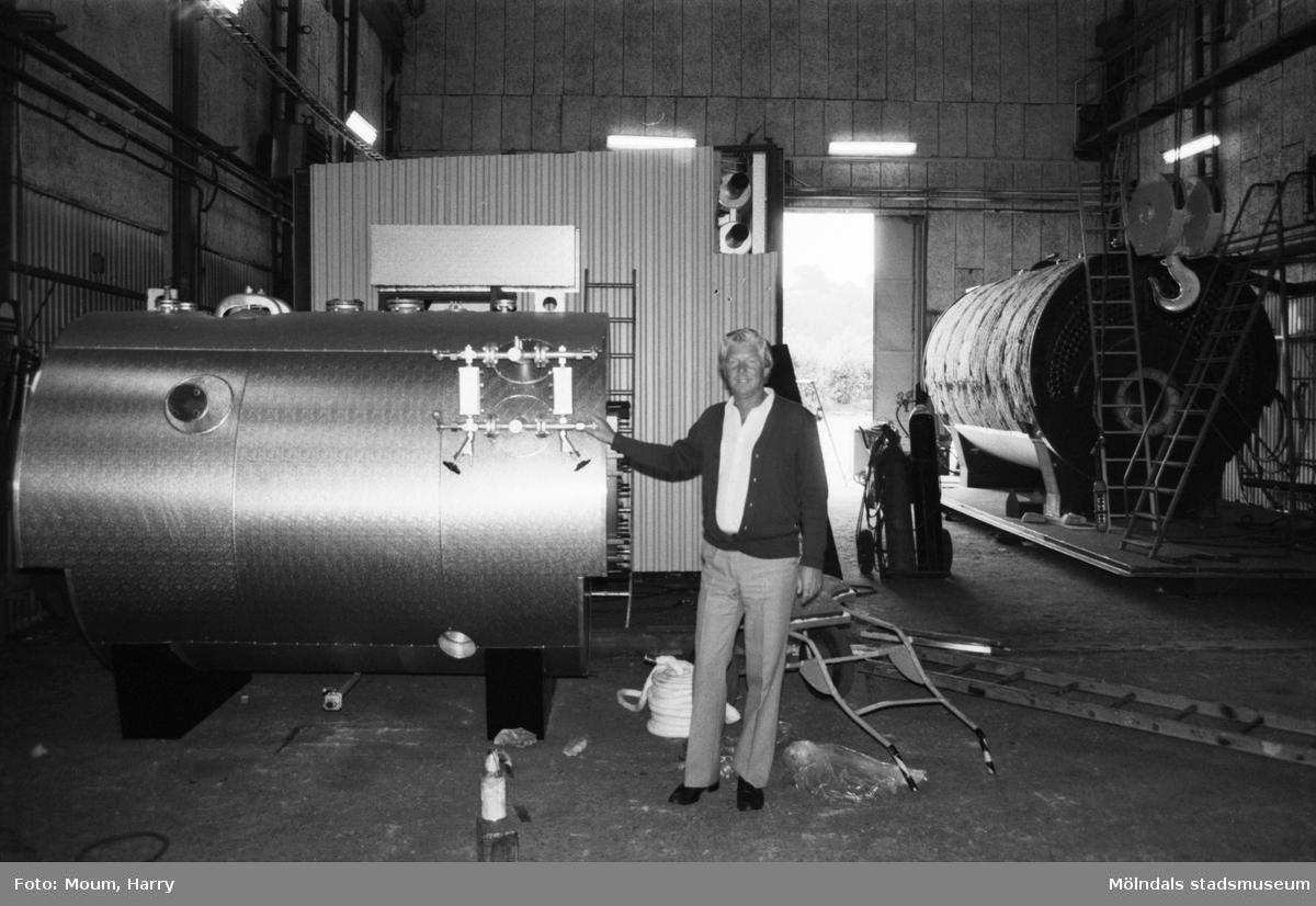 """AB Bröderna Bäckman vid Gamla Riksvägen i Kållered, år 1983. """"– Hetvattencentraler har blivit en av våra specialiteter, säger Rolf Bäckman.""""  För mer information om bilden se under tilläggsinformation."""