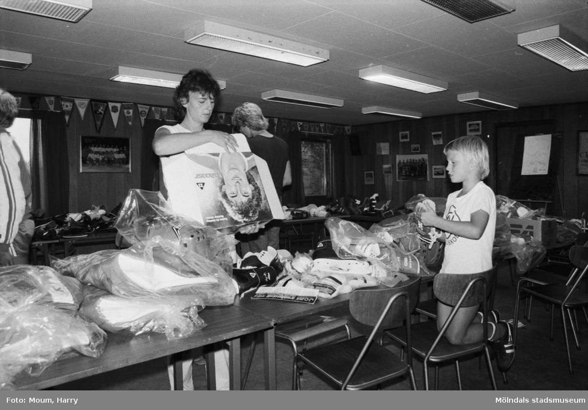 Kållereds Sportklubb anordnar bytardag i klubbhuset på Stretered, år 1983.  För mer information om bilden se under tilläggsinformation.