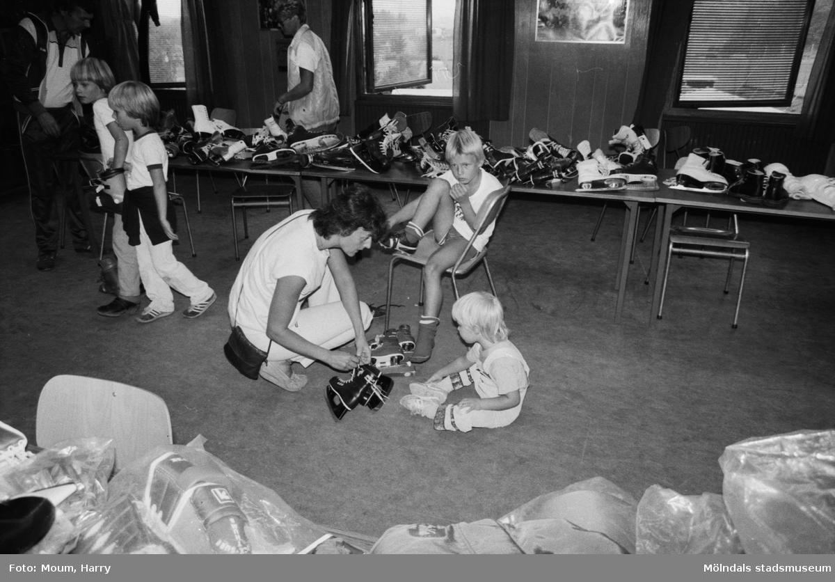 """Kållereds Sportklubb anordnar bytardag i klubbhuset på Stretered, år 1983. """"Marie Louise Heimer och barnen i bytartagen.""""  För mer information om bilden se under tilläggsinformation."""