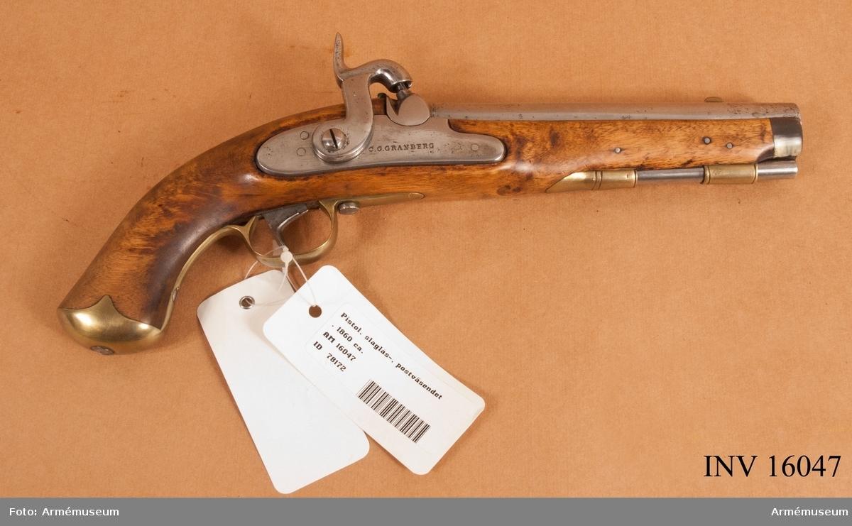 Låset märkt: C. G. Granberg. Beslag: tillverkad av nässing. Näsbleck av horn. Stock av björk.