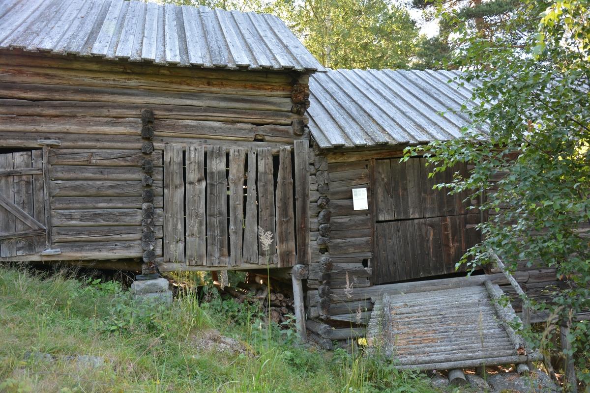 Låve frå Øvre Fristadplasse, gnr. 57, i Vestre Slidre. Bygd ikring 1750. Oppsett på Valdres Folkemuseum i 1954.