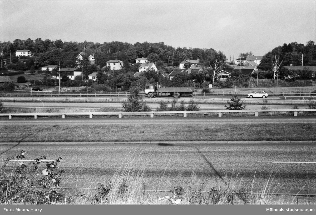 Bebyggelse vid Gamla Riksvägen i Kållered sedd över Kungsbackaleden, år 1983.  För mer information om bilden se under tilläggsinformation.