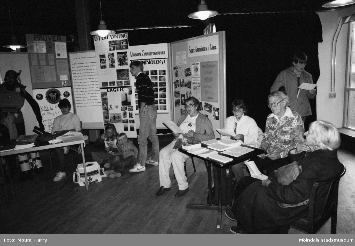 Föreningarnas dag på Almåsgården i Lindome, år 1983. Fredsföreningen i Lindome.  För mer information om bilden se under tilläggsinformation.