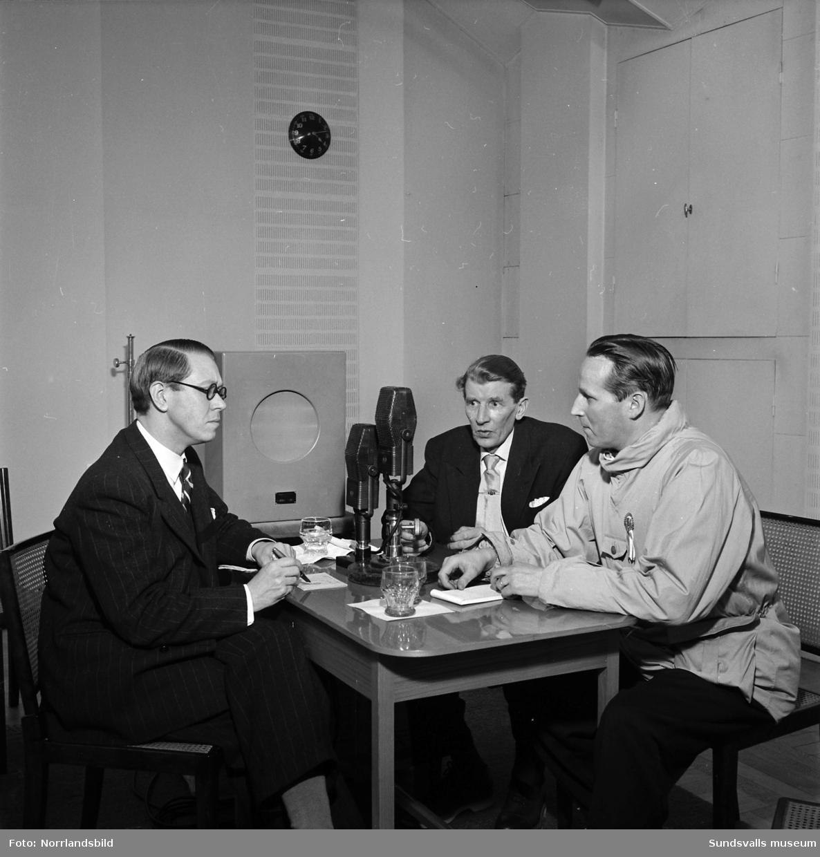 """Lokal radiodebatt om skadeverkningarna som bygget av Bergeforsens kraftverk orsakat utefter Indalsälven och hur det påverkat befolkningen. Temat var: """"Kilowatt eller bröd?"""" Från vänster: Henrik Hahr, Radiotjänst, hemmansägare Bror Jonsson, Indal och redaktör J.B. Vedin, Sundsvall."""