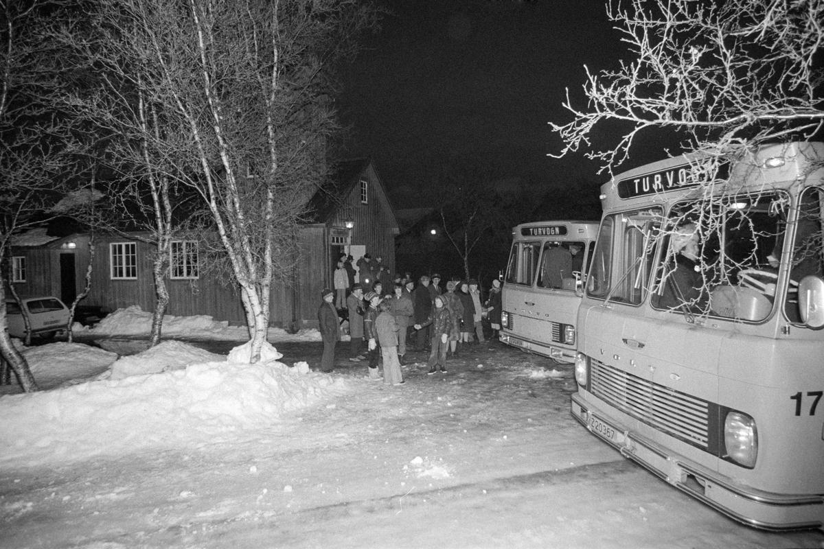 Folk og turbusser utenfor kapellet på Elgsnes.