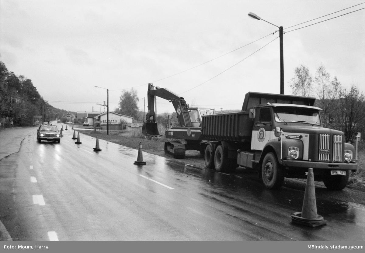 Byggande av ny busshållplats vid Gamla Riksvägen i Kållered, år 1983.  För mer information om bilden se under tilläggsinformation.