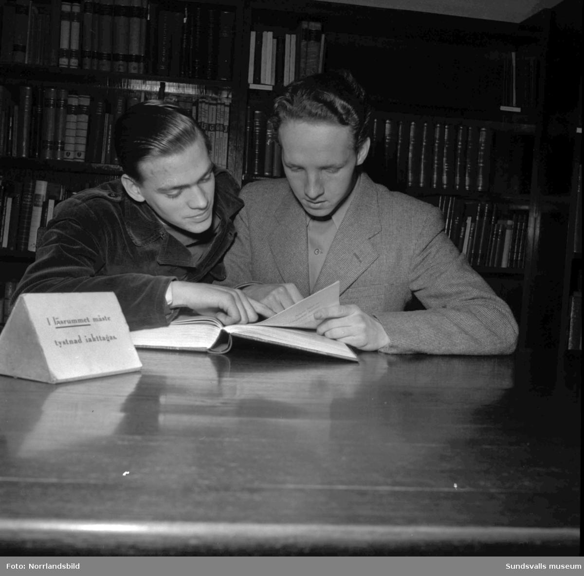 Reportage om läsintresset hos ungdomar. Bilder på läsande ungdomar på stadsbiblioteket. På första bilden syns gymnasisterna Lars Owe Olson och Birgit Mikaelsson och på bild två är det Lennart Backman, Hans Eriksson och Nils Göran Lundgren som intresserar sig för en bok för knepiga och händiga grabbar på ungdomsbiblioteket.