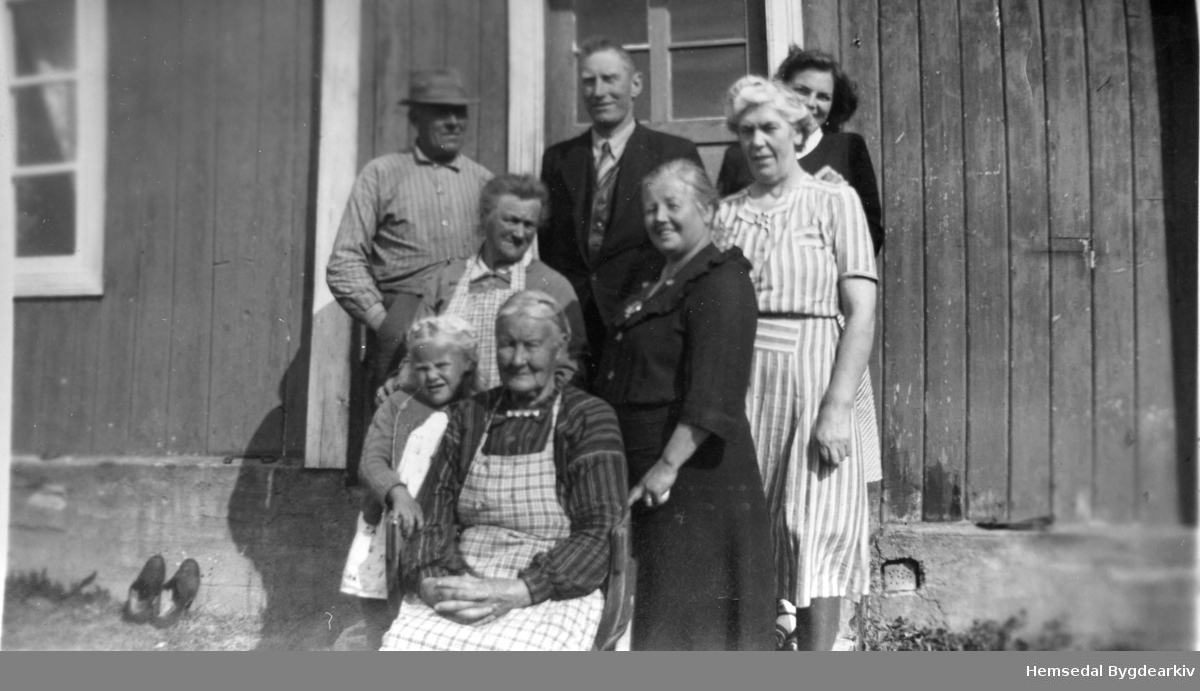 Bak frå venstre: Ola Kikrebøen, fødd 1886. Dei to andre er byfolk. I midten frå venstre: Ingrid Kirkebøen, fødd søre Trøim 1888. Fremst: Olaug Juven, fødd Grøthe 1941 og Inebjørg Kirkebøen, fødd Bjørnebergstølen 1845.