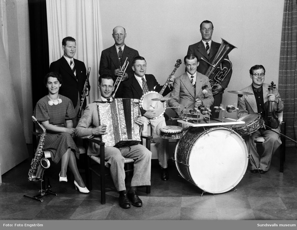 Mensite kapell. Uppdragsfotografering för veckotidningen Radiolyssnaren (startade 1926 och gick 1938 ihop med tidningen Röster i radio). Tidningen innehöll bl a radiotablåer samt artiklar om radioprogram etc.
