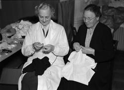 Två kvinnor handarbetar, Uppsala 1935