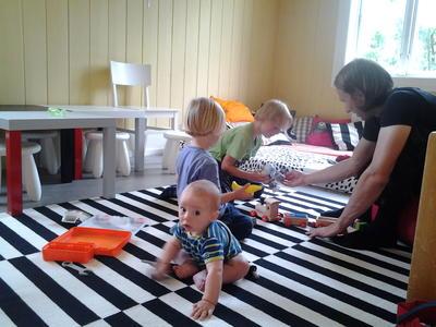 Tre barn og en far leker
