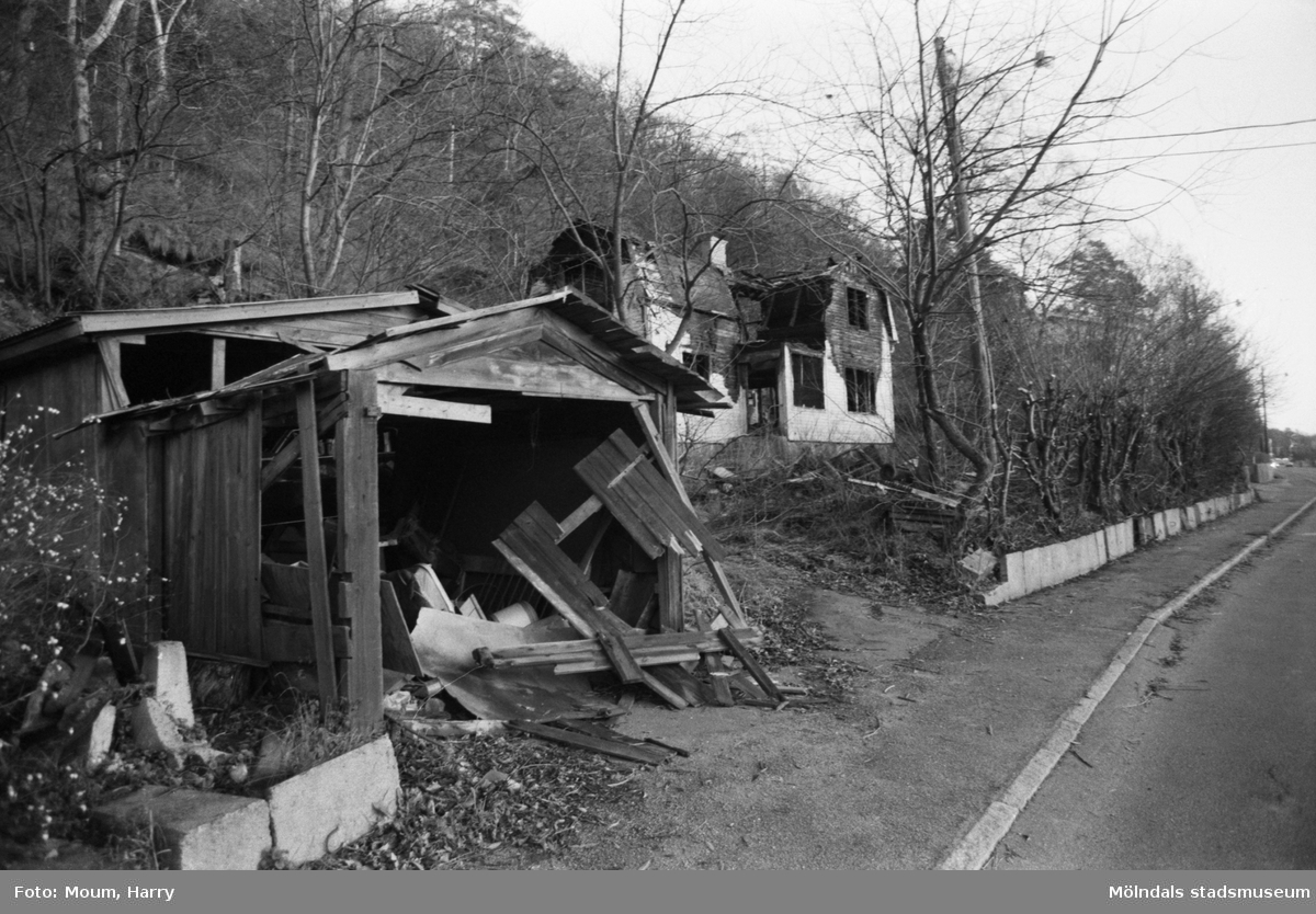Eldhärjat hus vid Gamla Riksvägen i Kållered, år 1983.  För mer information om bilden se under tilläggsinformation.